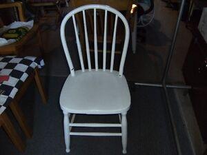 Ensemble de quatre chaises antiques de cuisine blanches
