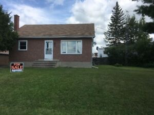 Well maintained 3 bedroom bungalow for sale in Renfrew ON.
