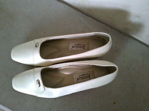 Women's white pumps sandals heels Size 7 London Ontario image 4
