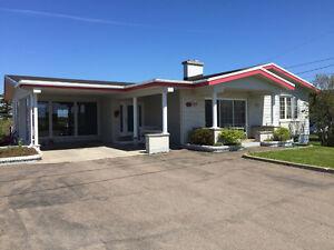 À vendre - Grande maison (avec loyer) aux îles de la Madeleine