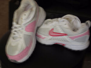 NIKE BRAND NEW BABY GIRLS SHOE SIZE 10.5 IN A BOX NEVER WORN