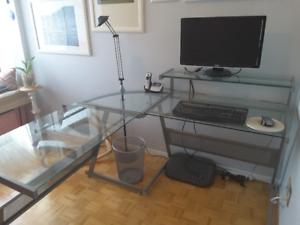 Bureau avec plateaux en verre et chaise de travail