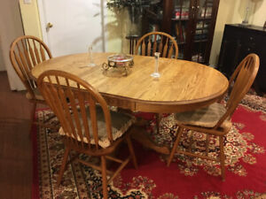 SOLID OAK WOOD DINING TABLE & 4 CHAIRS W/PILLOWS.