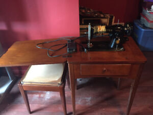 Antique singer working sewing machine with work table and bench