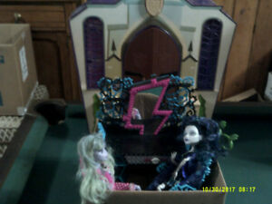 Monster High Castle, Vanity Chair with 2 Dolls & 2 Chairs