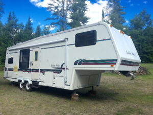 Golden Falcon 29RG 5th Wheel Tour Edition In Excellent Condition