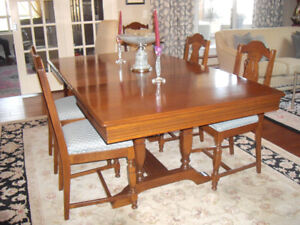 METICULOUSLY MAINTAINED ANTIQUE 9 PIECE DINING ROOM SUITE