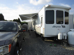 Mint condition 2015 Jayco 40-foot trailer on big site So Surrey