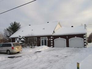 Immense cottage sur terrain de 33,000 pc
