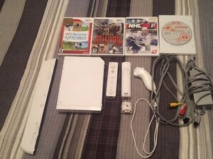 Nintendo Wii, 2 controllers, 1 nunchuck and 4 games
