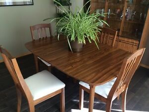 Dining room table, 4 chairs, leaf, buffet and hutch