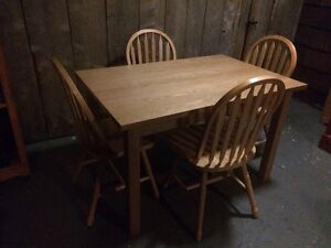 Kitchen table with 4 chairs (Sold PPU)
