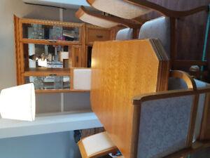 Grande table de cuisine, 8 chaises et son vaissellier en chêne