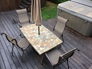 Club piscine parasol terrasse et jardin dans grand for Table exterieur kijiji sherbrooke