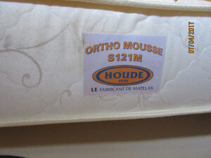 Lit King et matelas - Ortho Mousse - Mattress and Bed Frame
