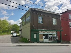Triplex incluant un local commercial libre en Estrie