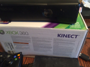 Console XBox 360 Kinect, 2 manettes (1 glow-in-the-dark), 7 jeux