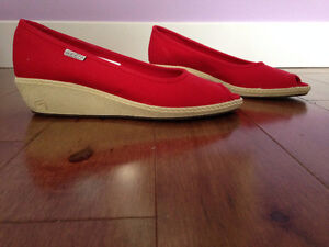 Chaussures rouge bout ouvert  - Marque KEEN