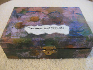 QUAINT LITTLE WOODEN VINTAGE TRINKET BOX from the '80's