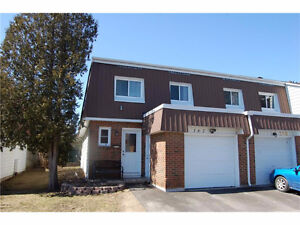 ***A MUST SEE!! BEAUTIFUL 4BDRM TOWN HOUSE** AMAZING LOCATION!!