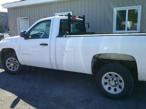 2011 Chev 1500 Silverado 4.8L, 8 foot box. Cruise control, air c