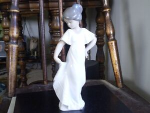 "NAO Lladro Figurine- "" How Pretty "" #1110 Kitchener / Waterloo Kitchener Area image 2"