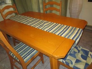 Table, 4 chaises , 2 rallonges et un buffet (vaiseillier)