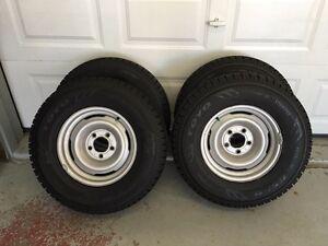 Pneus Toyo d'hiver 235-75-15 neufs avec roues Gm