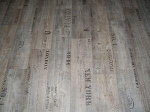 PVC Bodenbelag Holz-Optik Planken grau mit Schriftzügen 400 cm Breite