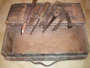 Coffre à outils antique et outils: fer à souder, scie, clé, etc.