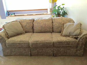 Couch in Excellent condition :) :) :)