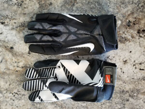 Nike reciever gloves/underarmour chin strap. Never used.