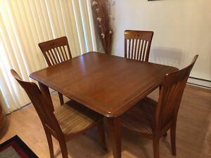 Table de cuisine avec 4 chaises Saint-Hyacinthe Québec image 1