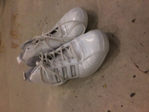 LADIES SIZE 7.5 ADDIDAS BASKETBALL SHOES - WHITE