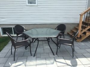 Table patio inclus 4 chaise