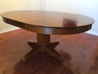 Wooden dinningroom table and chairs