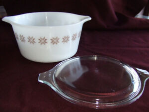 Pyrex (Vintage) Town & Country. Refrigerator Dish with Cover.