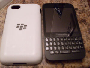 Blackberry Q5 with 8 GB Micro SD + Dual Layer Case