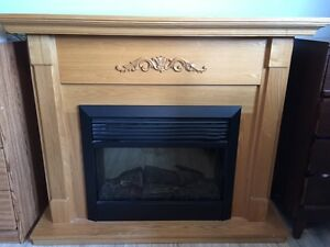 Electric fire place with wood mantle