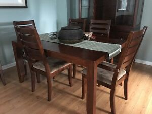 Beautiful Dining Set with Hutch - 6 chairs and table extension
