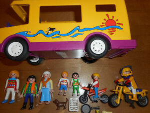Camping-car PLAYMOBIL + 7 figurines + 2 motos