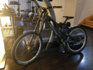 Santa Cruze V10 downhill bike + gear