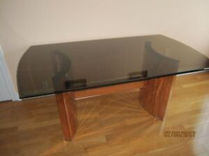 EXECUTIVE GLASS TOP TABLE, 6 CHAIRS AND 2 MATCHING STOOLS