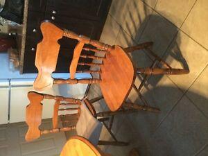 bel ensemble chaises et table en bois parfait etat