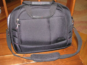 """Samsonite  Xenon 2 15.4"""" Laptop Messenger Bag  Black new Great g"""