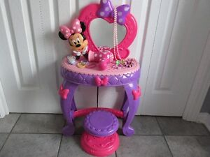 Petite coiffeuse sonore et lumineuse Minnie Mouse + 11 Acc.