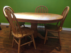 Oak pedestal table with 4 Windsor back chairs West Island Greater Montréal image 1