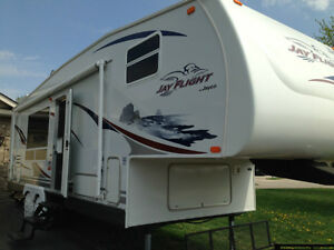Jayco Jay Flight 27.5 RKS 5th Wheel Excellent Condition London Ontario image 1