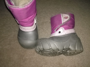 CROC BOOTS SIZE 6/7 & PINK MITTS!!