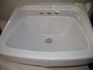 Lavabo blanc avec cabinet en mélanine --- white sink with cabine
